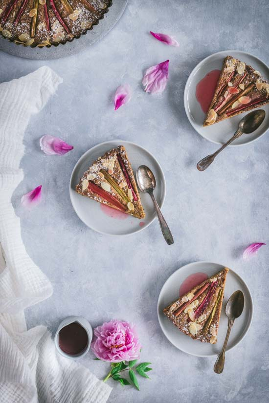 Goûter autour du gâteau rhubarbe et amande