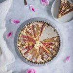 Coupe d'une belle part de gâteau à la rhubarbe