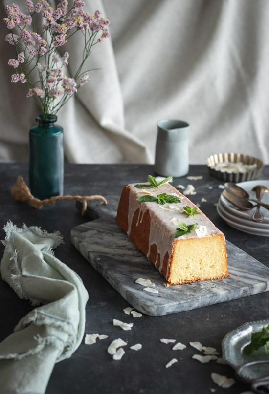 Cake coco citron vert mis en scène avec des assiettes