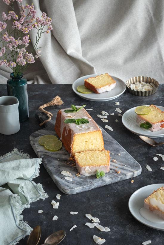 Cake coco citron vert dont on a coupé une tranche pour voir la texture