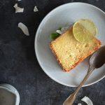 Tranche de cake noix de coco citron vert dans une assiette