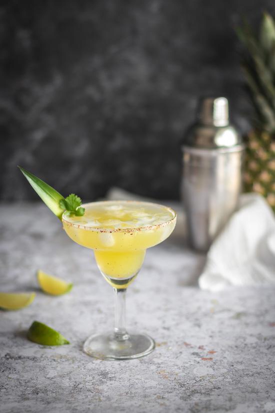 Une margarita à l'ananas dans un verre typique pour ce cocktail