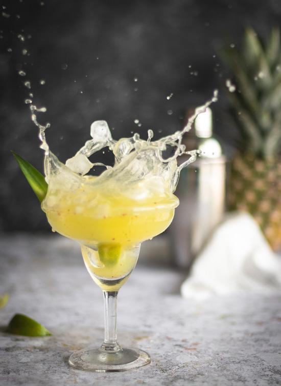 Un beau splash obtenu en jetant un glaçon dans un verre de margarita