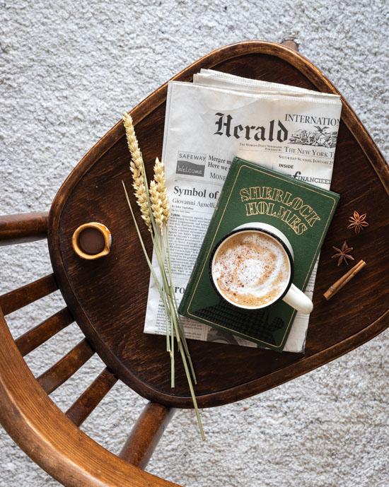 Un café latte et un journal pour la pause du matin