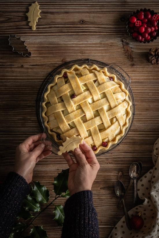 Décoration d'une pie aux pommes et cranberries