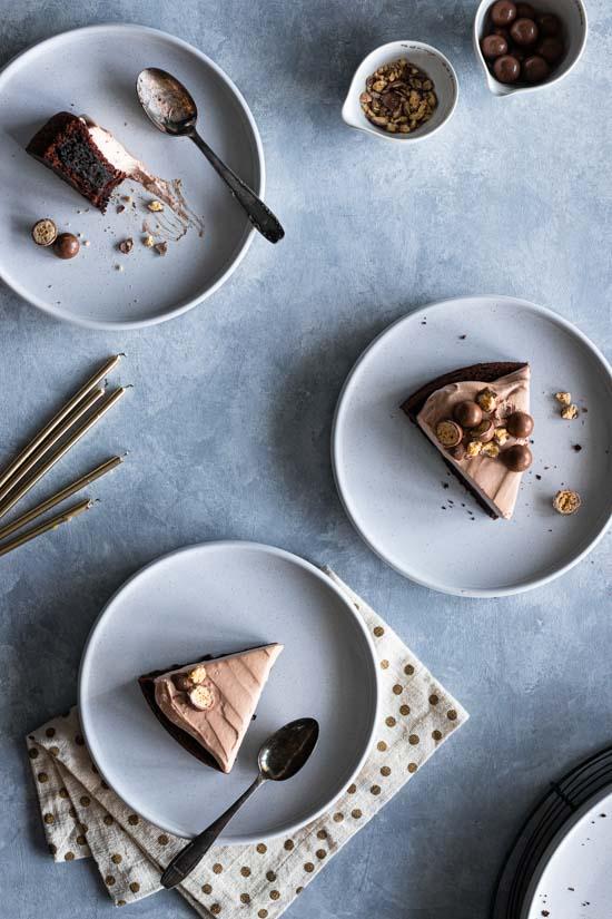 Pars de gâteau moelleux et mousse chocolat