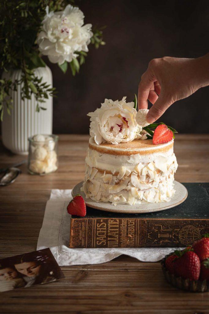 Décoration du gâteau coco avec un rafaello
