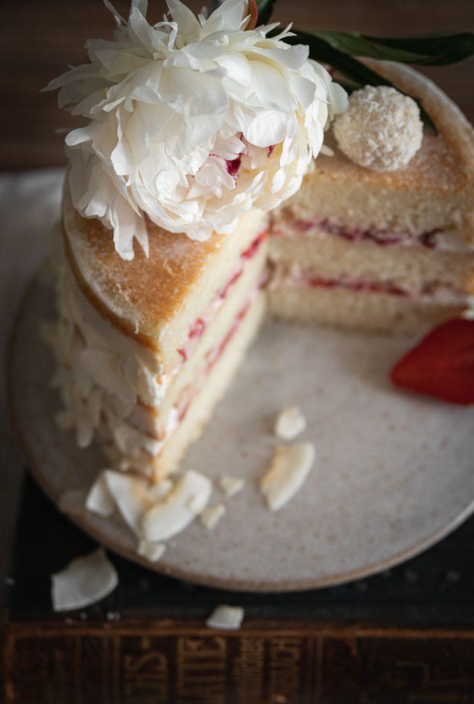 Vue de l'intérieur d'un gâteau fraise coco