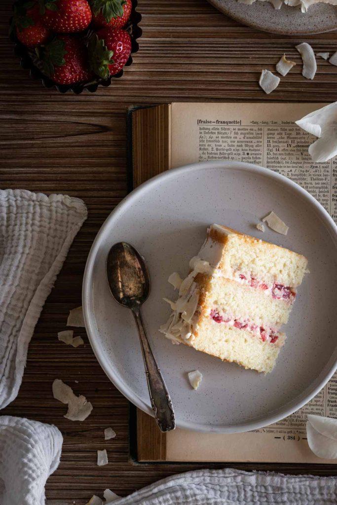 Part de gâteau à la noix de coco fourré de fraises