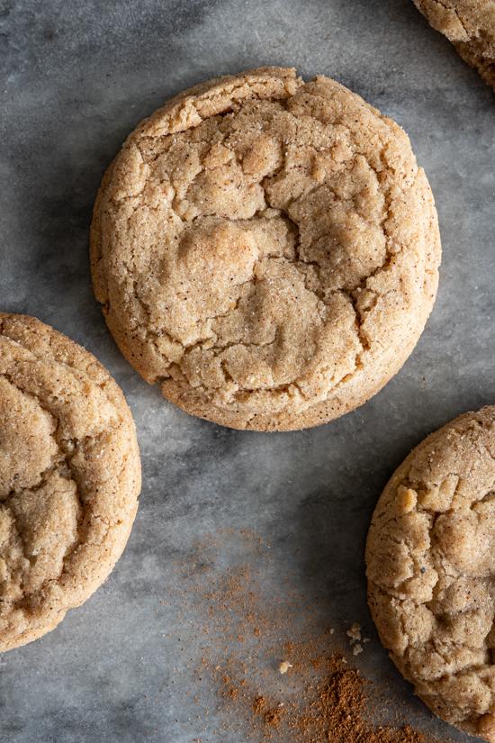 Trois cookies aux épices chai sur une plaque de marbre