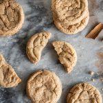 Présentation de cookies et d'épices sur une plaque en marbre
