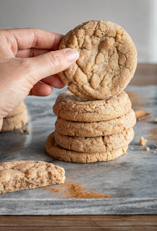 Une main montre un des cookies d'une pile